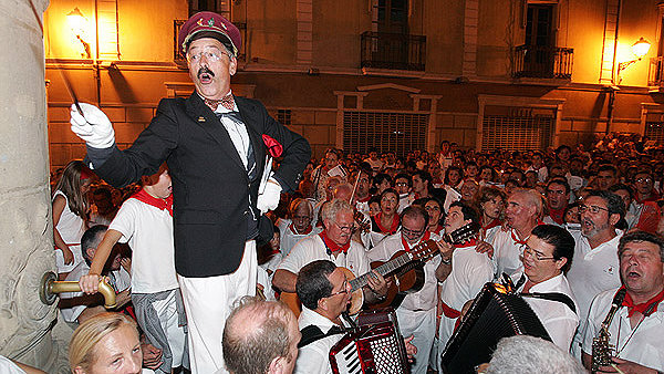 El Guti dirigiendo el 'Pobre de mí' en la plaza del Consejo de Pamplona. ARCHIVO.