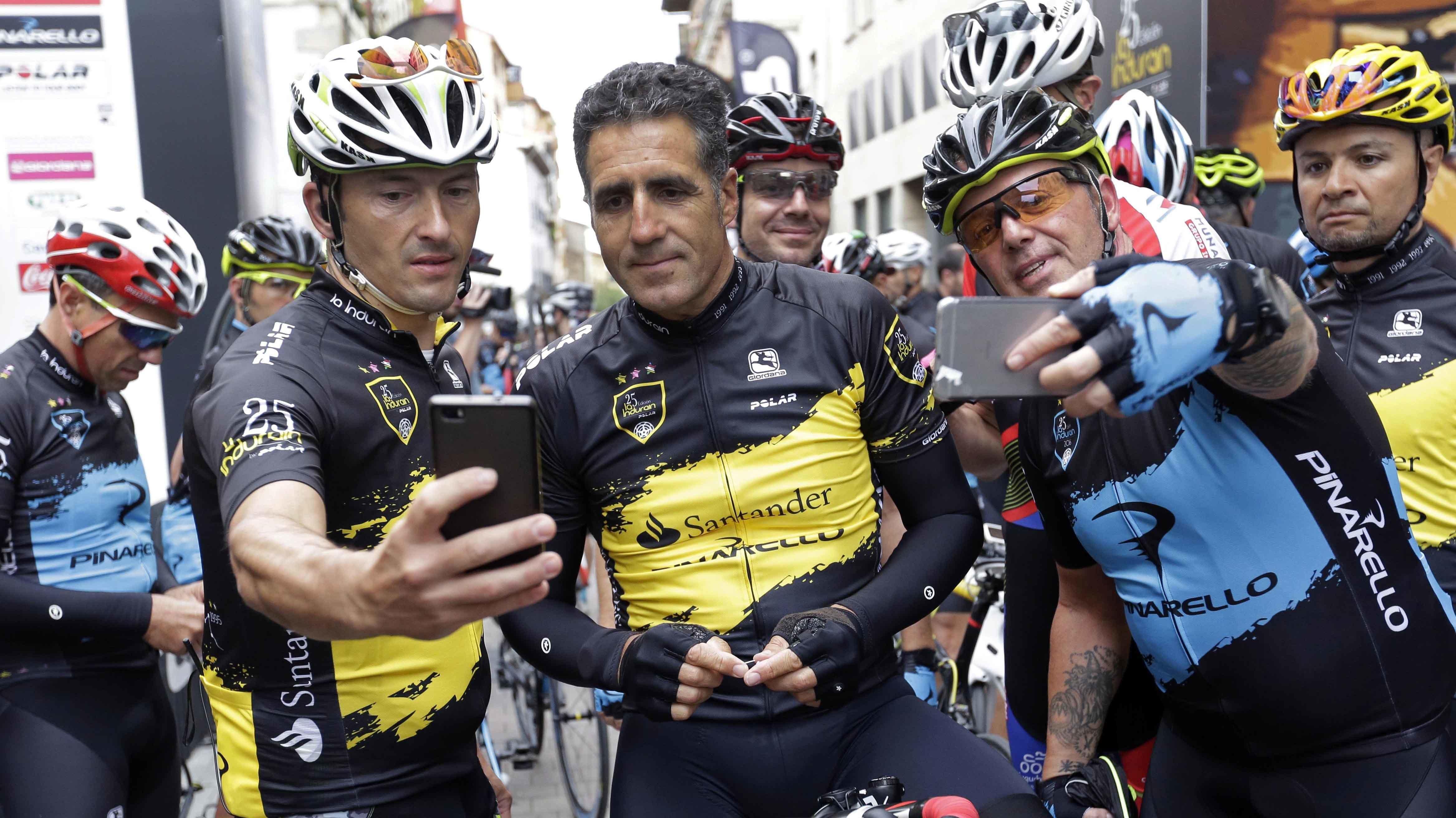 Miguel Induráin momentos antes de comenzar la carrera cicloturista que lleva su nombre en Villava. Efe.