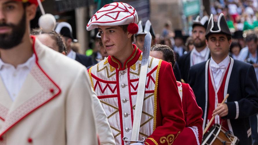 Desfile de dantzaris junto a la corporación municipal el día del Privilegio de la Unión. IÑIGO ALZUGARAY