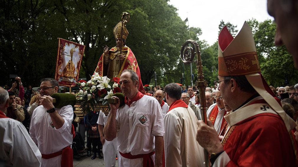 San Fermín al cuadrado: el santo de Aldapa sale en procesión por Pamplona y asiste a la misa de la escalera