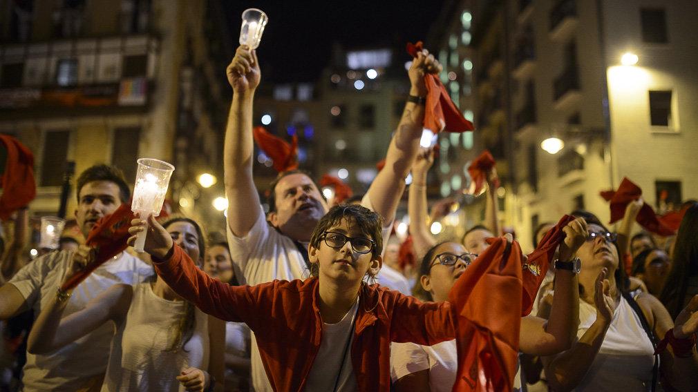 La juventud pamplonesa celebra el 'Pobre de mí' en la plaza del Ayuntamiento en 2018. PABLO LASAOSAEscultura con el logotipo del nuevo Complejo Hospitalario de Navarra.