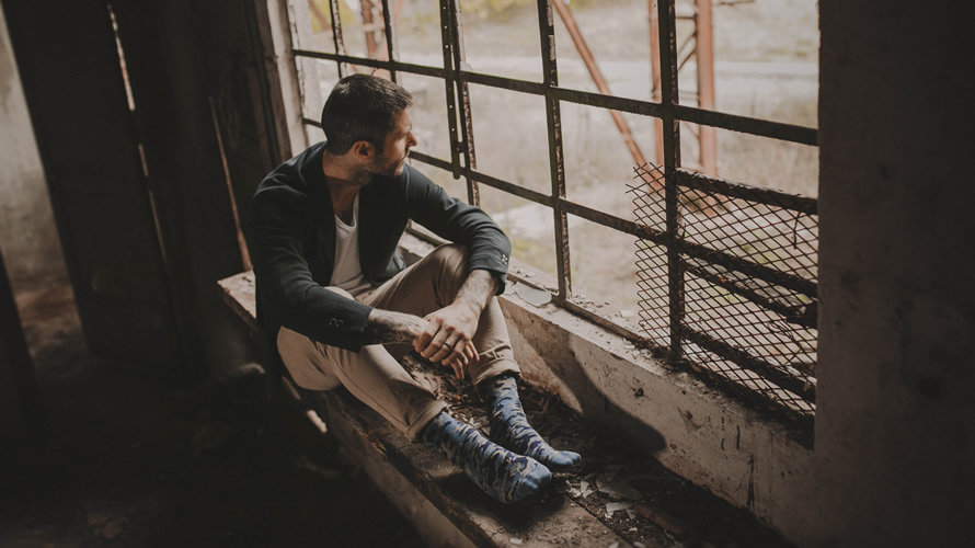 Kike Sola posa para la marca navarra de calcetines para hombre Karl Friedrich.