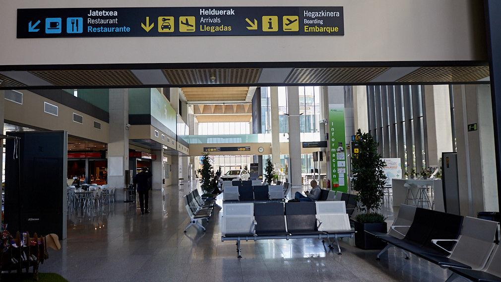 Pasillos interiores del Aeropuerto de Noáin-Pamplona. IÑIGO ALZUGARAY.