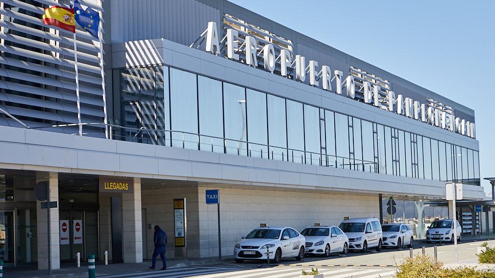 Fachada del Aeropuerto de Noáin-Pamplona. IÑIGO ALZUGARAY.