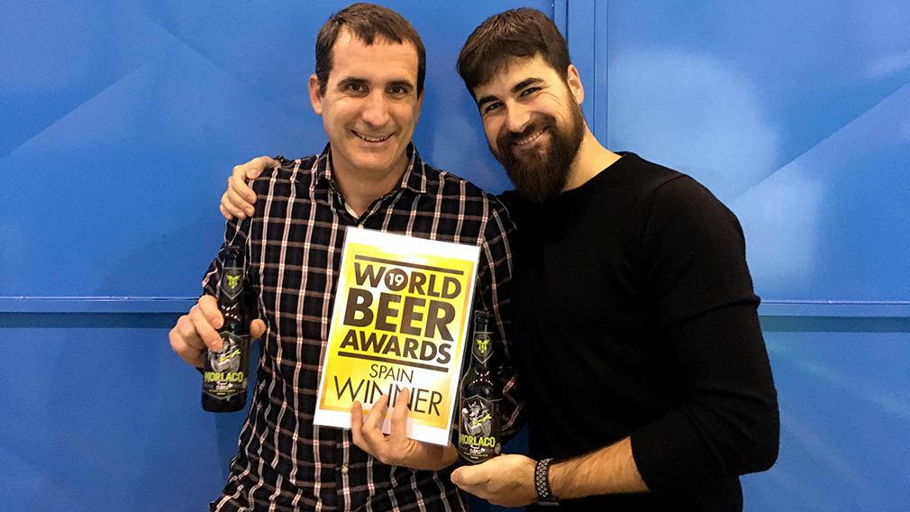Asier y David posan con el premio World Beer Awards celebrado en Londres. ARCHIVO