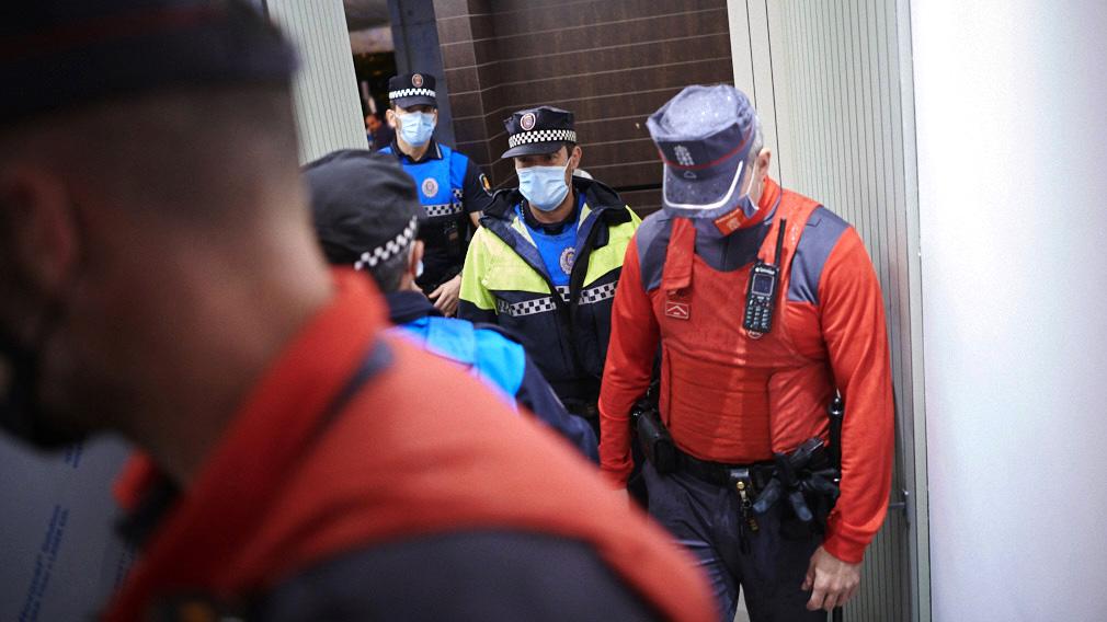 Acompañamos a la policía en el desalojo de una fiesta ilegal
