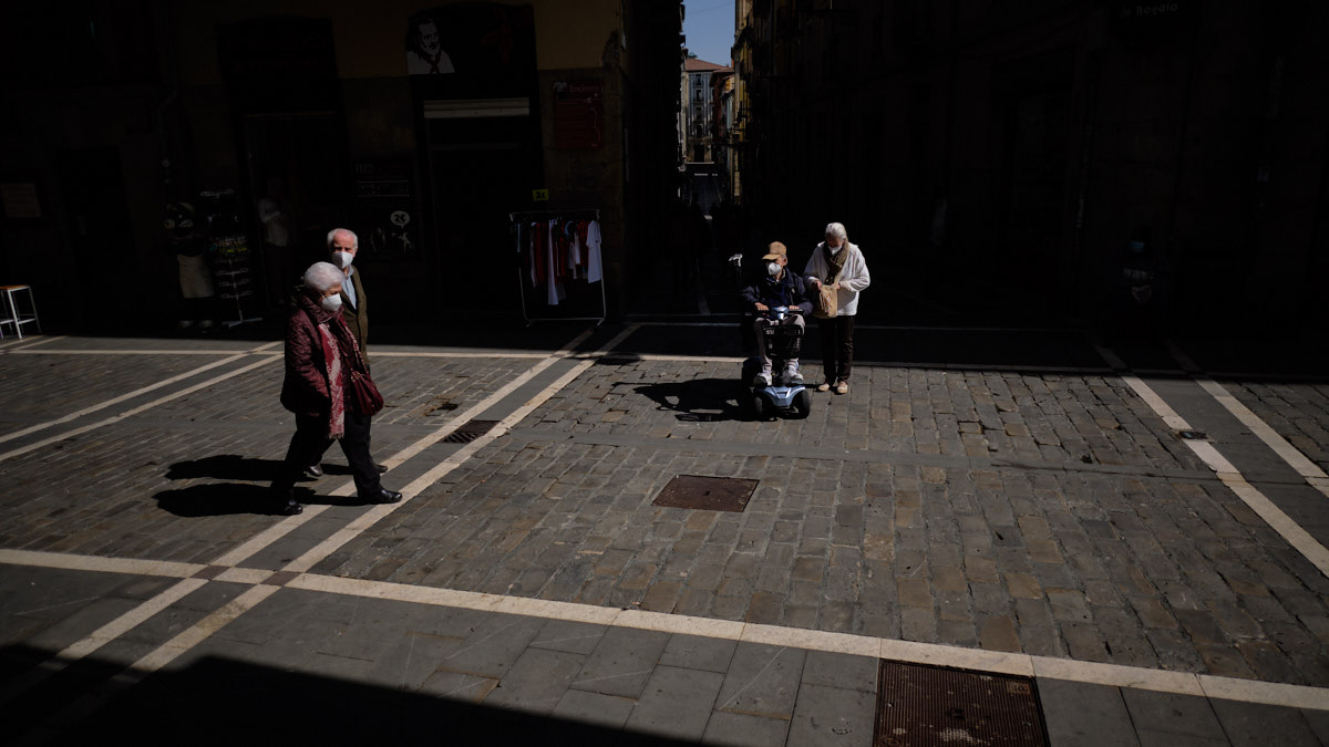 Varias personas caminan con mascarilla camina por las calles Estafeta de Pamplona durante la crisis de la pandemia de coronavirus en la Comunidad Foral.