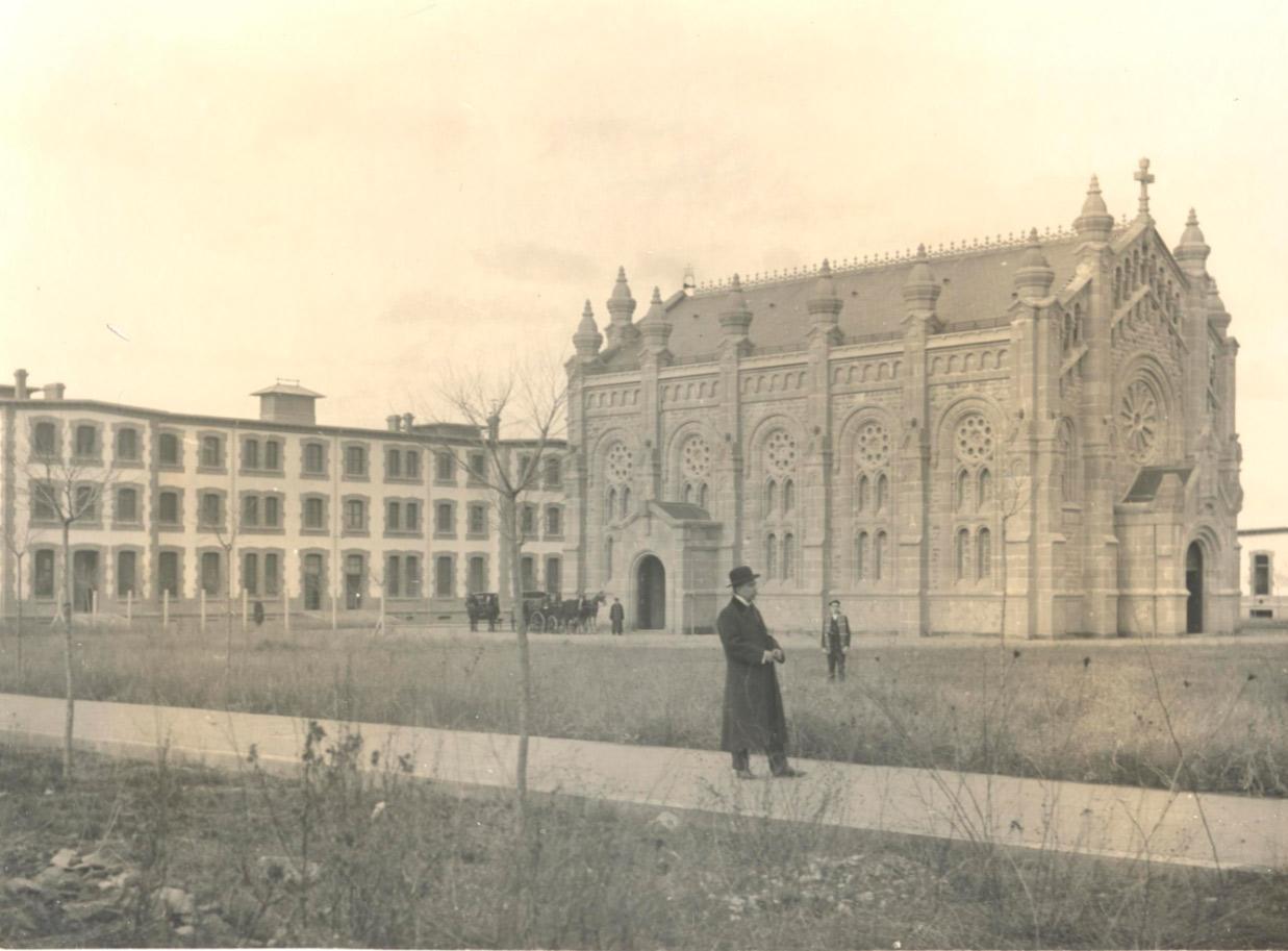 (1913) Leandro Olivier, archivero municipal, en las inmediaciones de la capilla del Hospital de Barañáin.