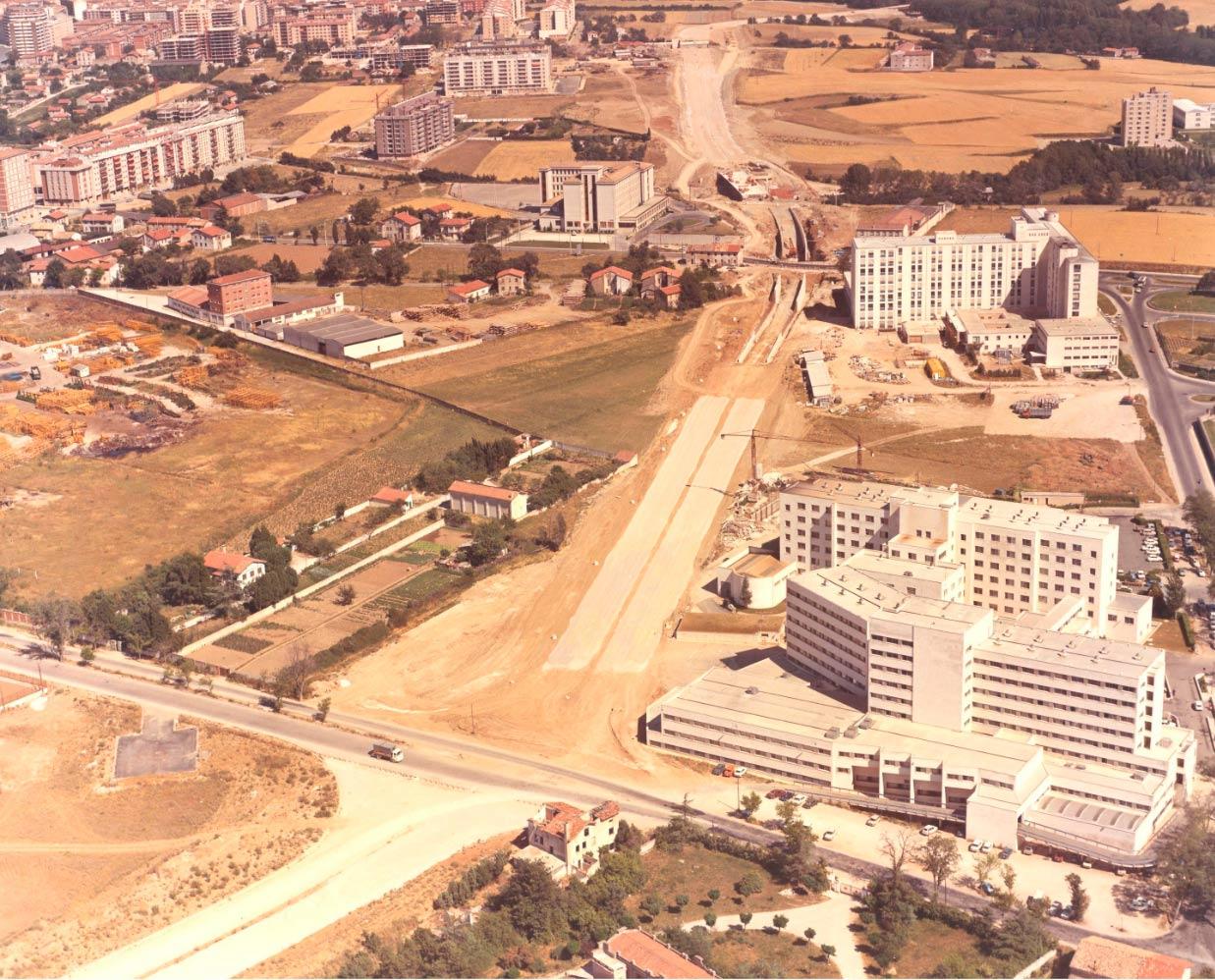 (1975) Vista aérea del Hospital Virgen del Camino y de la Clínica Universidad.