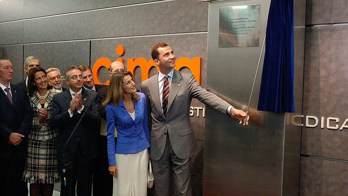 Don Felipe y Doña Letizia descubren la placa conmemorativa de la inauguración del CIMA.