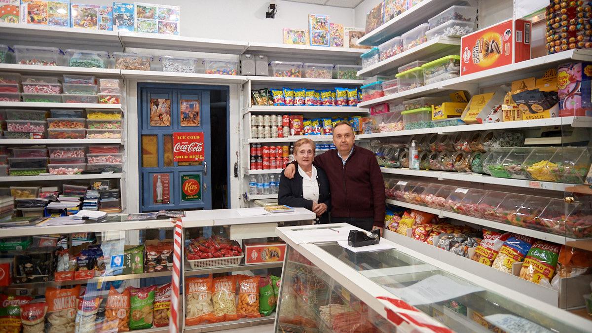 Natividad Arana y su hijo Gregorio Crespo en el interior de su tienda en la calle Gayarre de Pamplona. MIGUEL OSÉS.