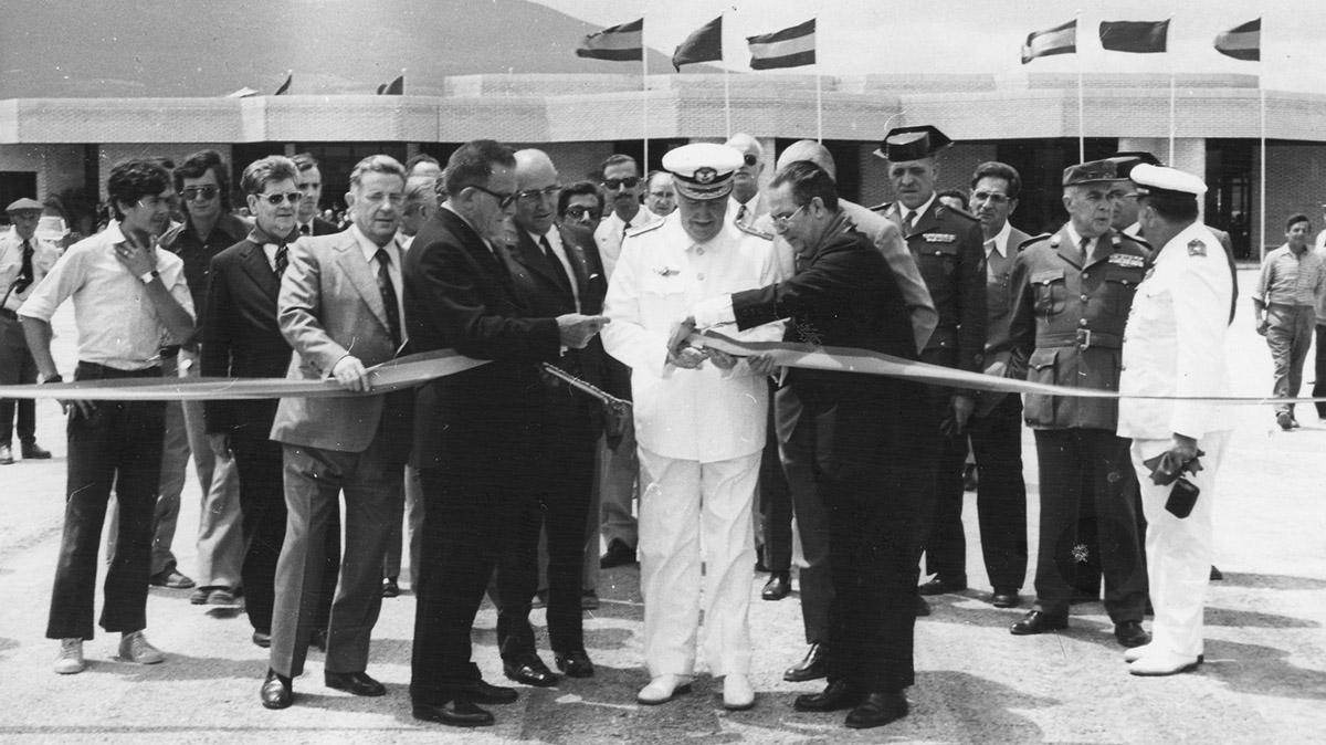 Corte de la cinta en la inauguración del aeropuerto de Noáin - Pamplona el 6 de julio de 1973. Gobierno de Navarra.