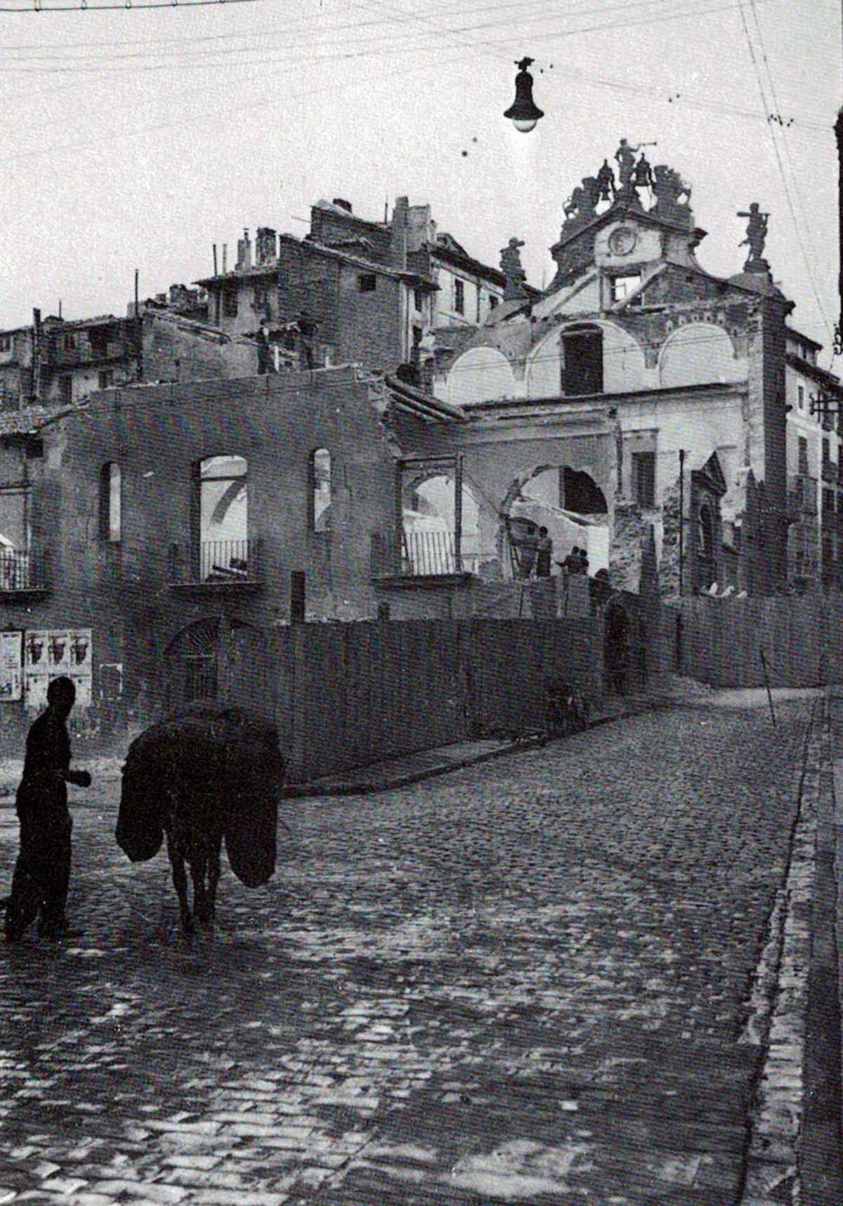 Derribo del edificio del Ayuntamiento de Pamplona visto desde la calle Santo Domingo. Libro 'Pamplona calles y barrios' de José Joaquín Arazuri.