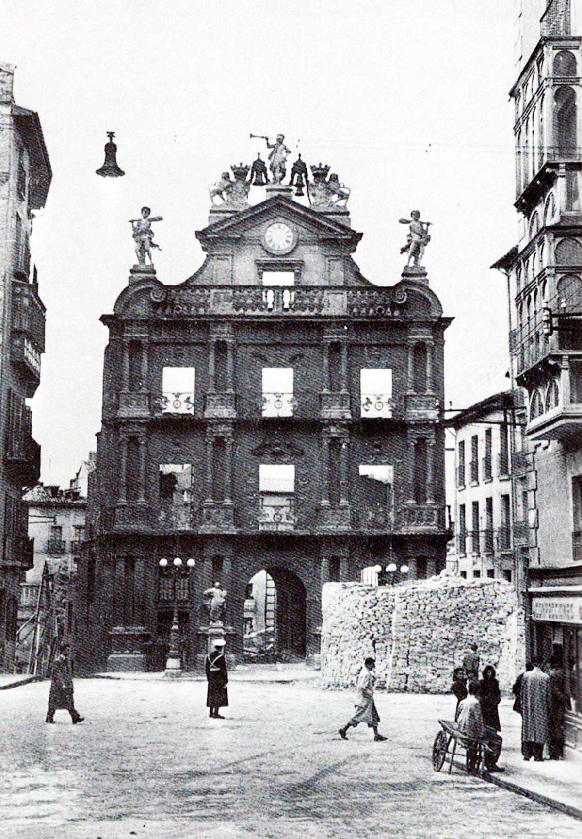 Solo queda en pie la fachada del Ayuntamiento tras el derribo del edificio en 1952. Libro 'Pamplona calles y barrios' de José Joaquín Arazuri.