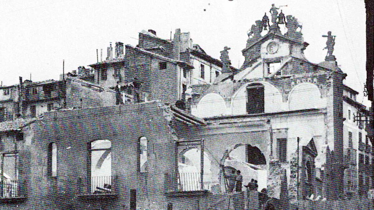 Imagen  del derribo del edificio del Ayuntamiento de Pamplona en 1952. Libro 'Pamplona calles y barrios' de José Joaquín Arazuri.