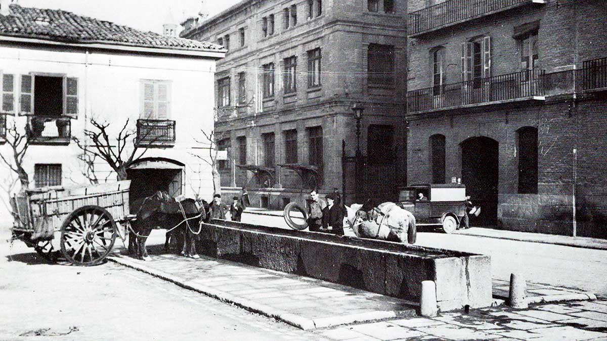Fotografía de 1930 del asca de caballería en la plaza del Vínculo de Pamplona. PAMPLONA CALLES Y BARRIO DE JJ. ARAZURI.