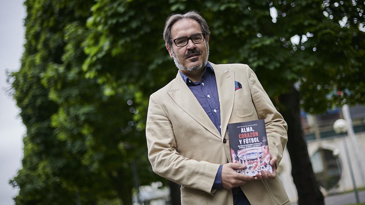 José Francisco Alenza con su libro sobre el Centenario de Osasuna titulado 'Alma, corazón y fútbol'. PABLO LASAOSA.