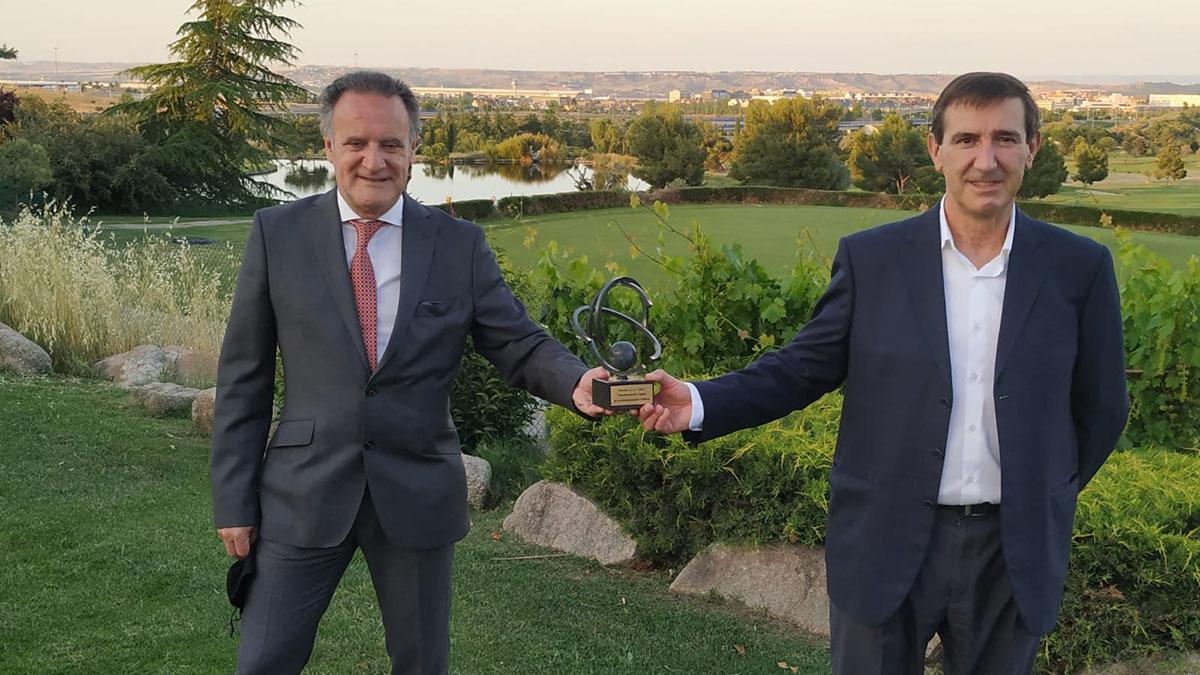 El director general de FP, Tomás Rodríguez Garraza, junto al director del Servicio de Cualificaciones Profesionales, Empresa y Empleo, Patxi Martínez, con el premio @ASLAN. GOBIERNO DE NAVARRA