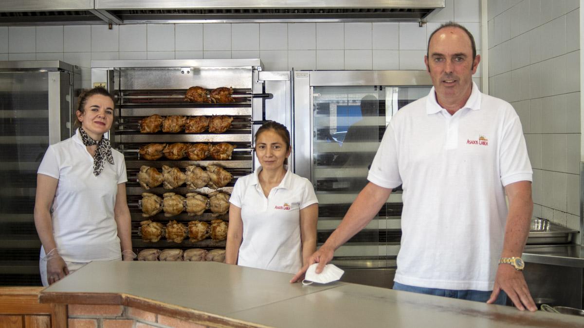 Sebastian Gogorza, uno de los dueños de Asados Labea, en la calle Esquiroz, junto a dos empleadas. MEGAN WALLS