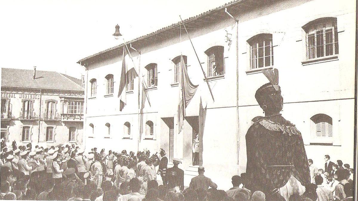 Los Gigantes acompañan al traslado del Ayuntamiento desde el edificio provisional en 1953. Libro Pamplona calles y barrios de José J. Arazuri.