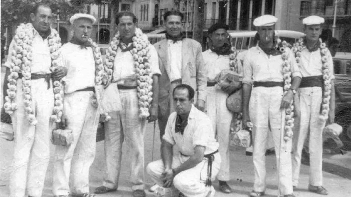 Una cuadrilla de amigos con ajos al hombro en San Fermín. Cedida.