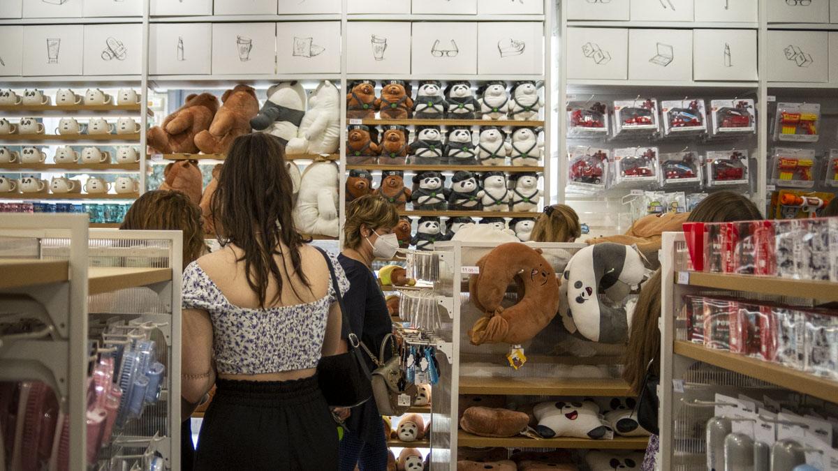 Varias personas miran productos en la nueva tienda Miniso en Pamplona, situada en la Avenida de Carlos III. MEGAN WALLS