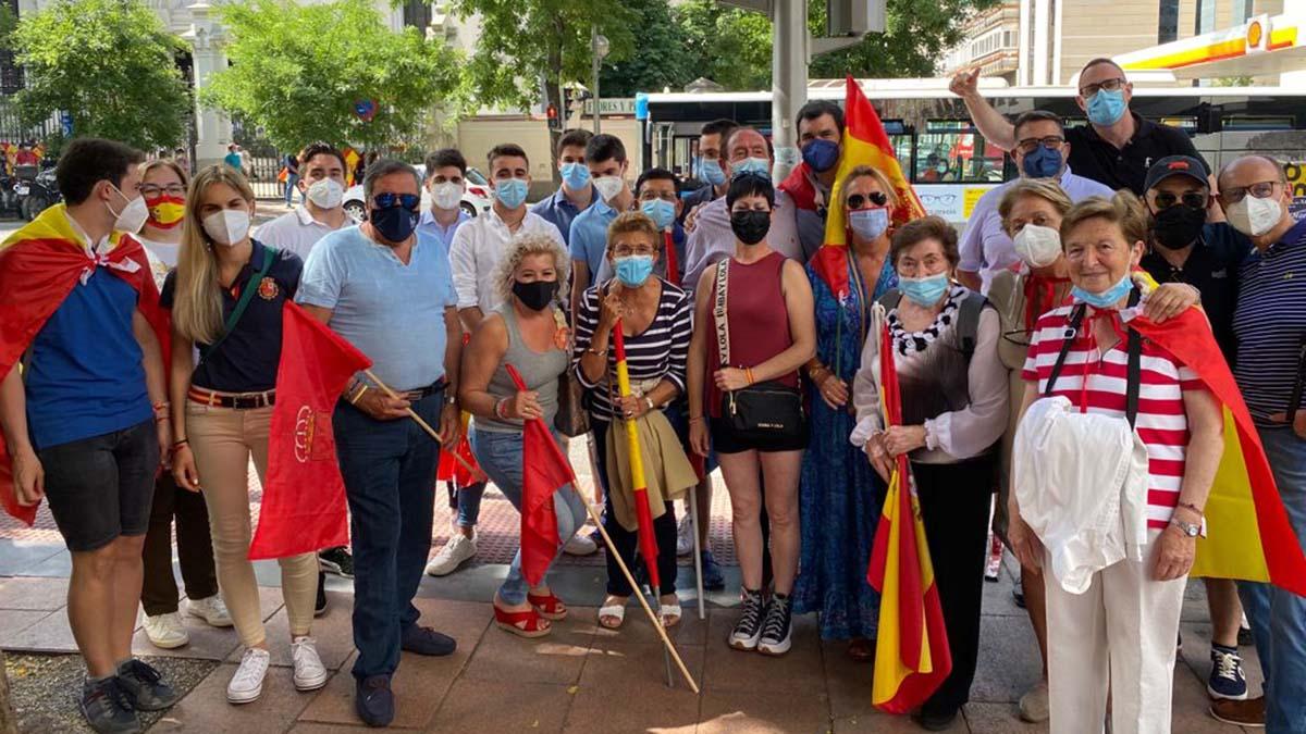 Militantes y simpatizantes del PP y el Parlamentario foral Javier García, en la concentración contra los indultos celebrada en la plaza de Colón de Madrid..