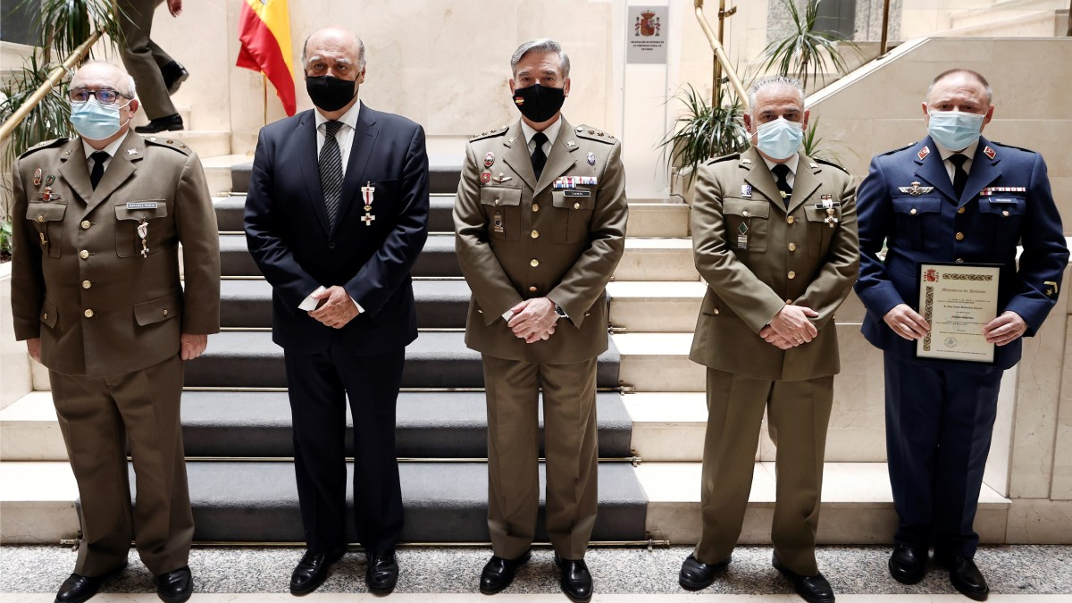 La Delegación de Defensa en Navarra ha condecorado este miércoles con la Cruz al Mérito Militar con distintivo blanco al presidente del Tribunal Superior de Justicia de Navarra (TSJN), Joaquín Galve (2i).