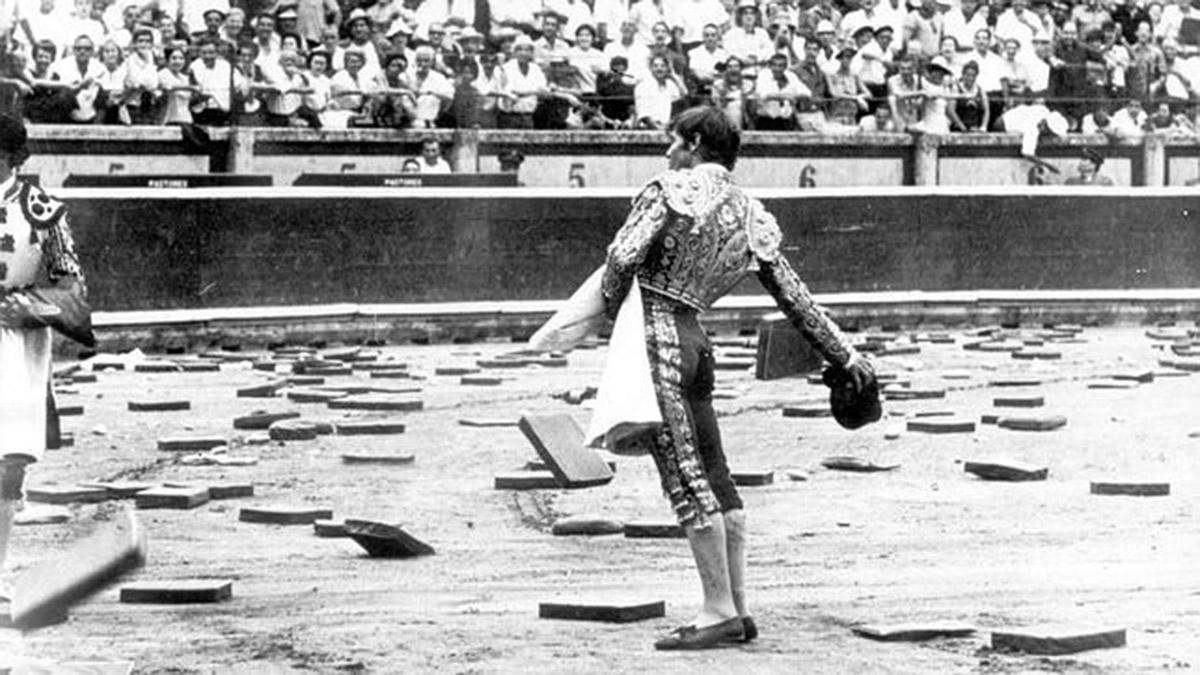 'El Cordobés' ante la lluvia de almohadillas en la plaza de toros de Pamplona. Diario ABC
