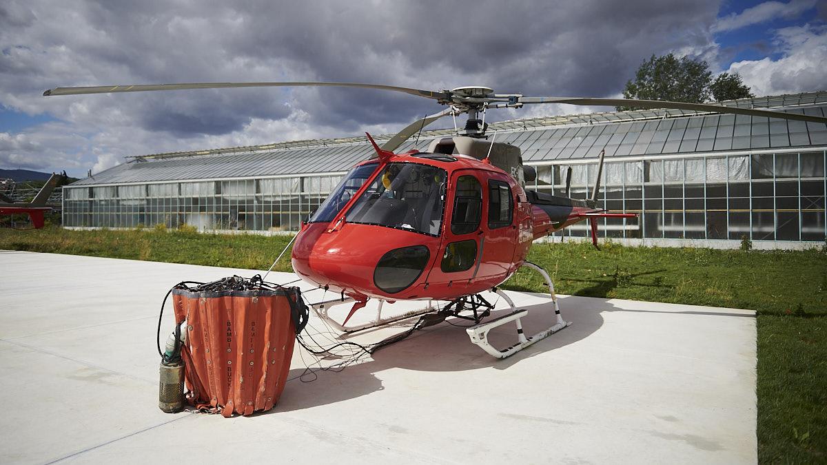 La presidenta del Gobierno de Navarra, María Chivite, y el vicepresidente primero, Javier Remírez, visitan la flota de helicópteros de emergencias y las instalaciones de Miluce. PABLO LASAOSA