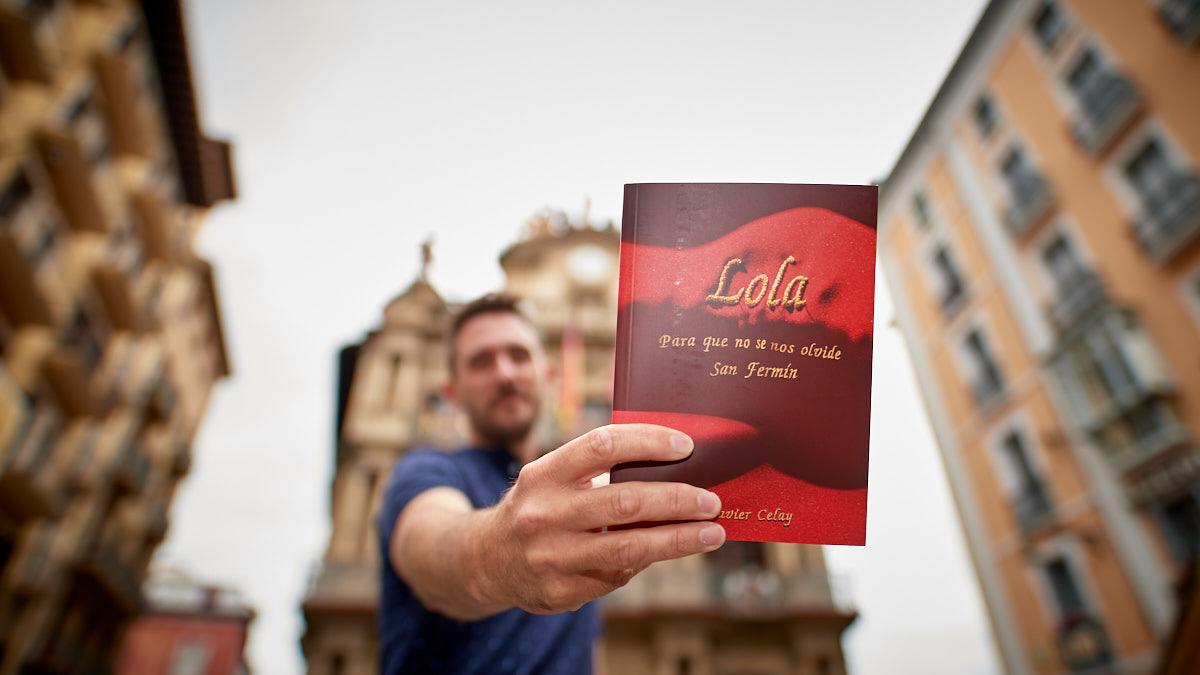 El escritor navarro Javier Celay, muestra su libro en la plaza del Ayuntamiento. MIGUEL OSÉS