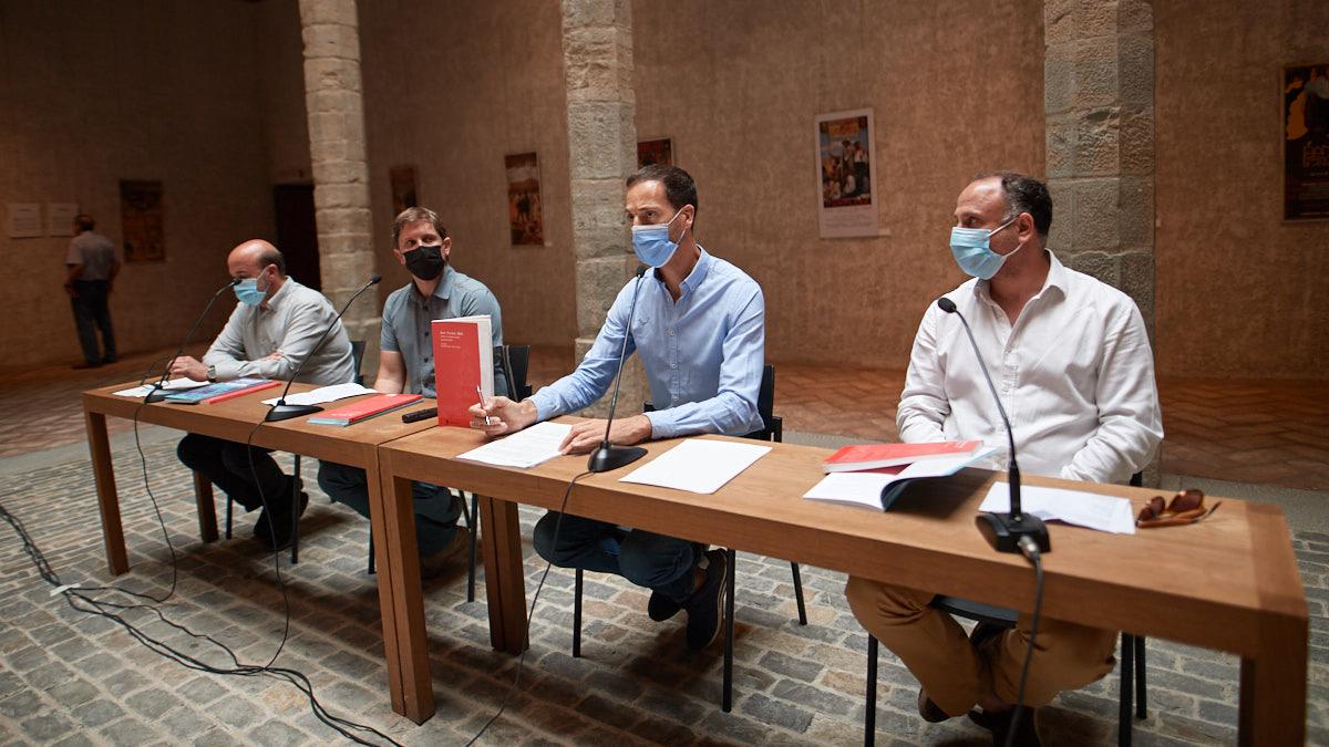 El director de Cultura e Igualdad del Ayuntamiento, Jorge Urdánoz, junto a los comisarios de las dos muestras, Javier Manzanos y Pedro Luis Lozano; e Iñaki Arbilla, en representación de la Asociación Navarra de Escritores. MIGUEL OSÉS
