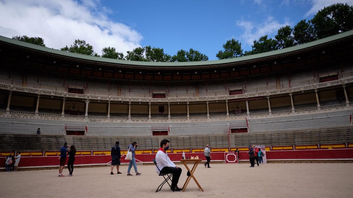 Celebración del 'Encierro del Ajedrez' como colofón del Gran Torneo Internacional de Ajedrez San Fermín Mundial en la Plaza de Toros de Pamplona. MIGUEL OSÉS