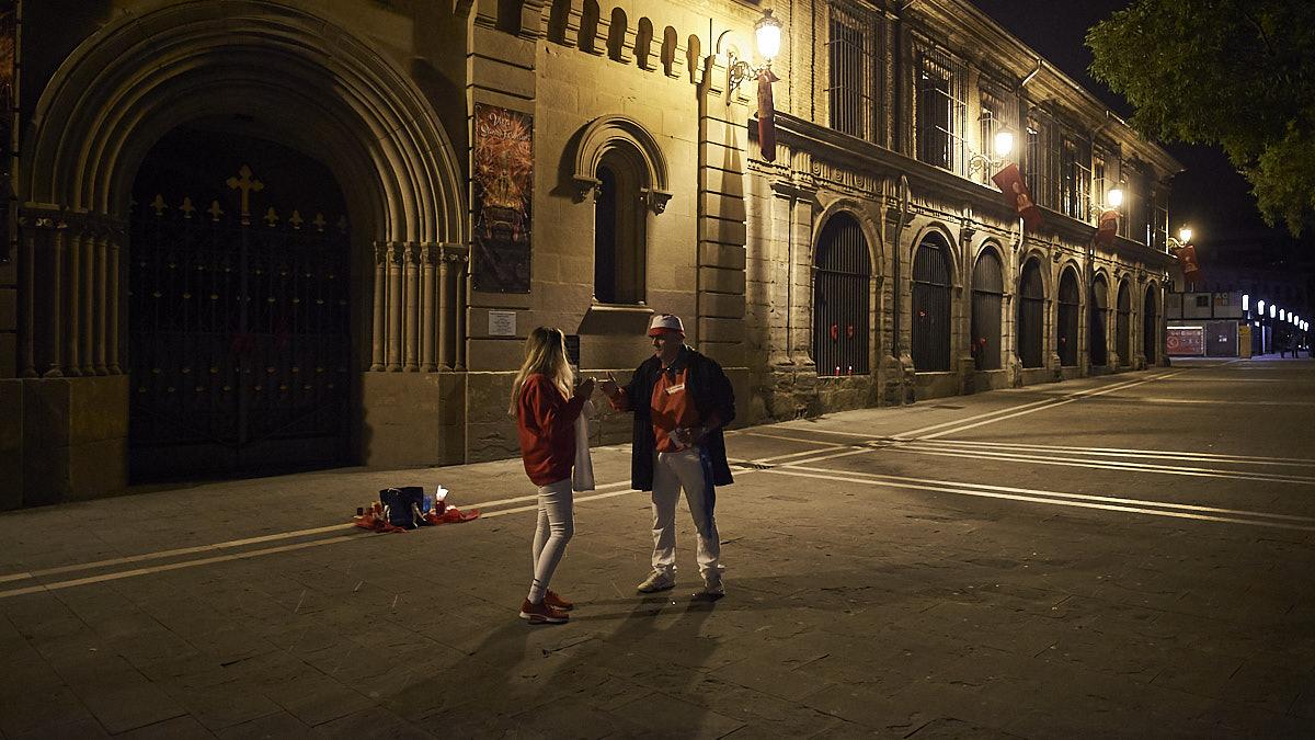 Jesús Gavari charla con una joven frente a la puerta de San Lorenzo. PABLO LASAOSA