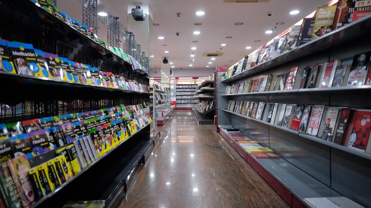 Pasillo de librería en la tienda 'Don Policarpo', situada en la Calle Iturrama. MIGUEL OSÉS