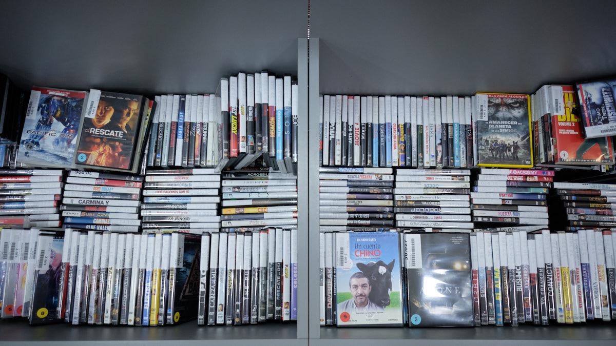 Películas en el stock sobrante de 'Don Policarpo', actualmente en venta. MIGUEL OSÉS