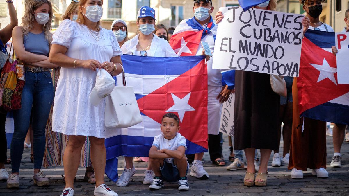 Concentración en rechazo a la dictadura de Cuba convocada en la Plaza del Ayuntamiento de Pamplona.