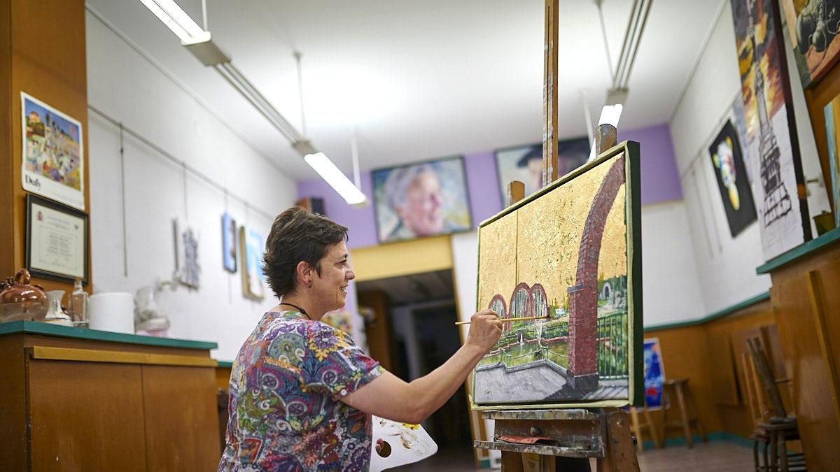 Josune Iribarren termina un cuadro en su academia de pintura en Pamplona. PABLO LASAOSA