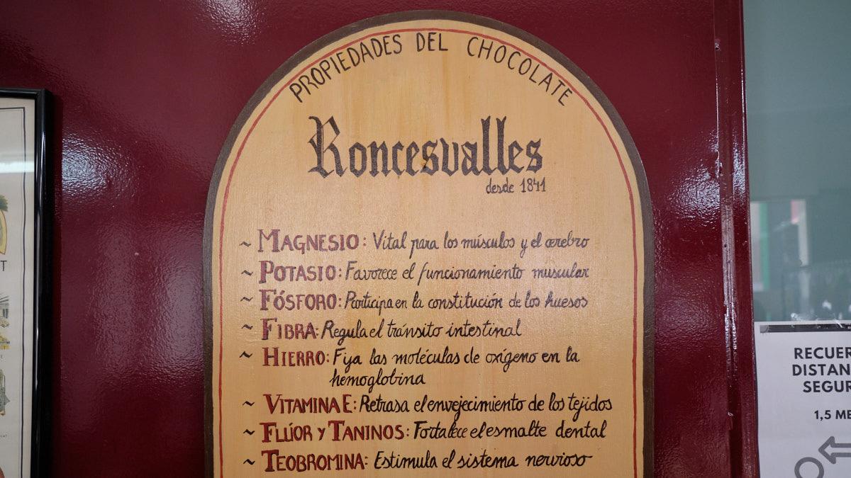 Cartel de las propiedades del chocolate en la tienda Chocolates Subiza, situada en la Calle Amaya, 30. MIGUEL OSÉS