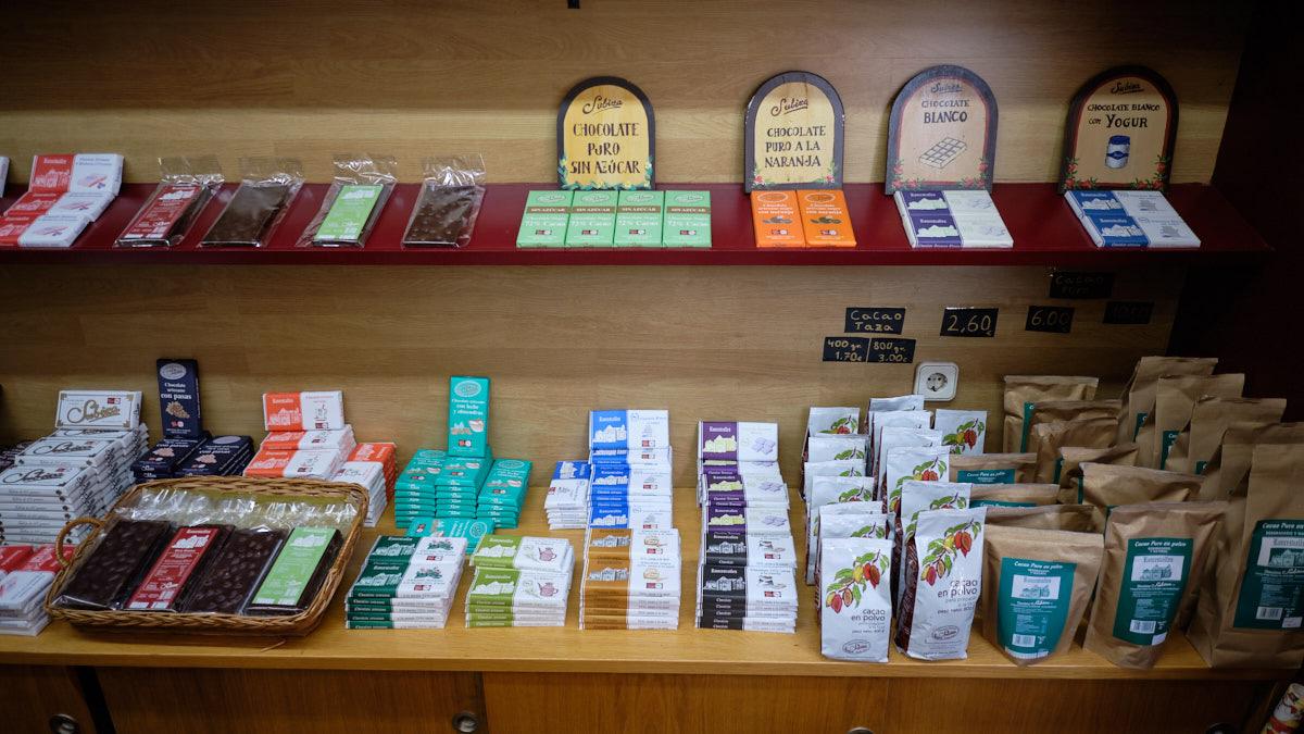 Diferentes variedades de Chocolates Subiza en la tienda de la Calle Amaya. MIGUEL OSÉS