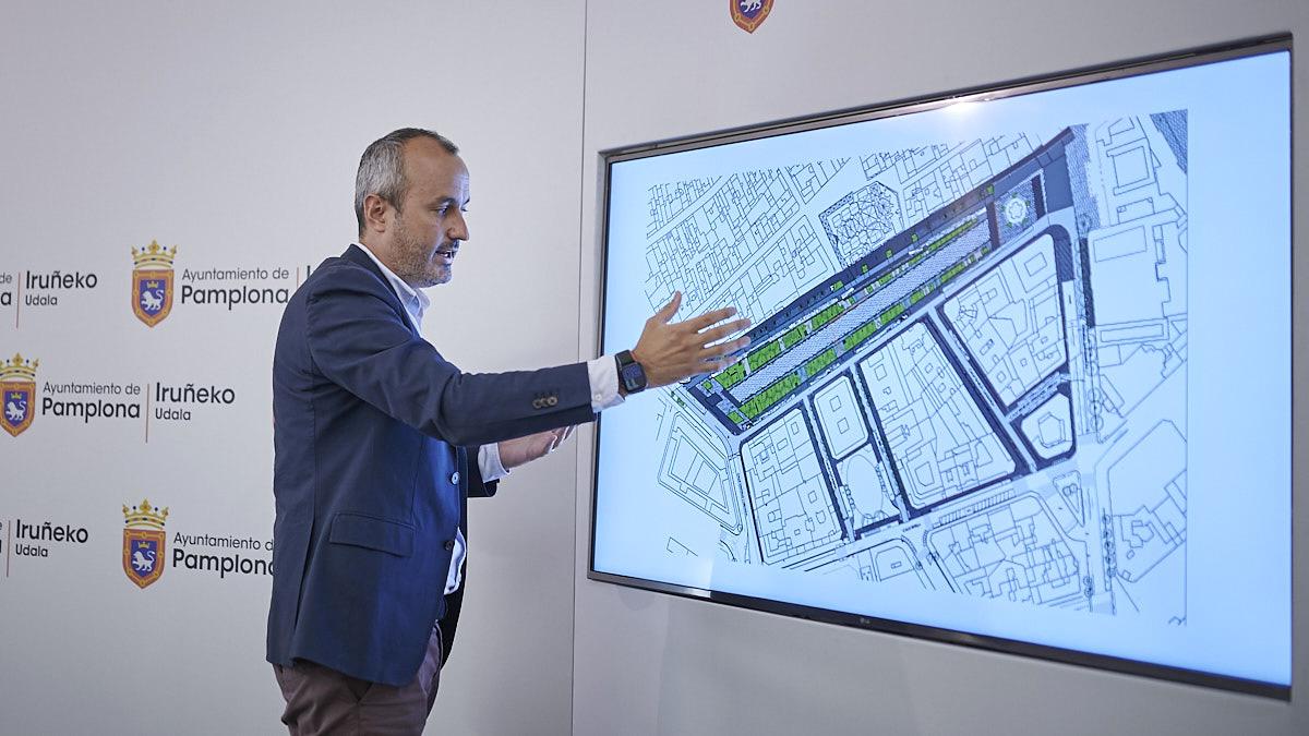 El alcalde de Pamplona Enrique Maya, y el concejal delegado de Proyectos Estratégicos, Movilidad y Sostenibilidad, Fermín Alonso, presentan el proyecto de reurbanización del paseo de Sarasate. PABLO LASAOSA