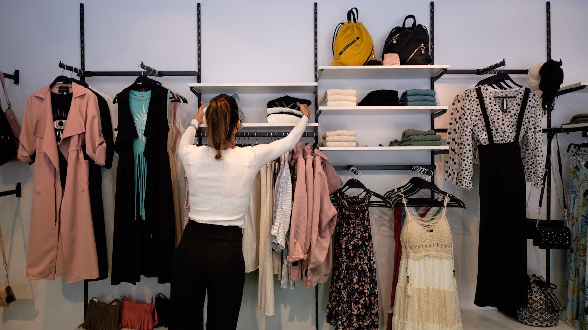 Estanterías con prendas de la tienda I'mperfect en la avenida San Ignacio, 14 en Pamplona. MIGUEL OSÉS