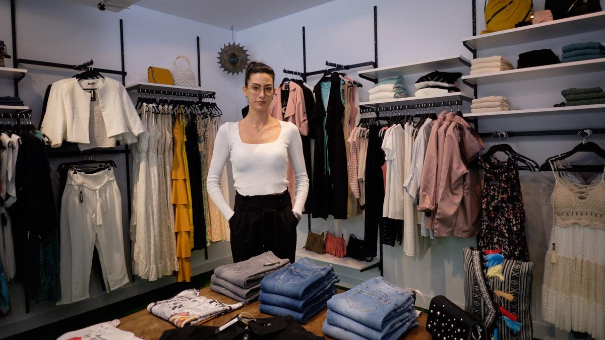 Zaya Suárez, dueña de la tienda I'mperfect en la avenida San Ignacio, 14 de Pamplona. MIGUEL OSÉS