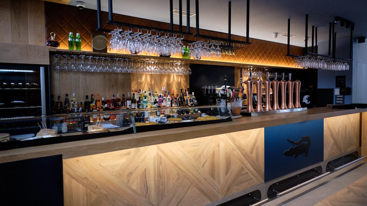 La barra de la nueva Cervecería Louisiana en Pamplona, en Iturrama Nuevo. MIGUEL OSÉS
