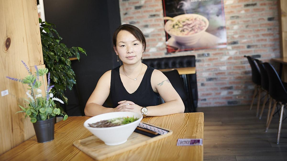 Rosa Li, dueña de Kung Fu Ramen, en la calle Esquiroz, 5. PABLO LASAOSA