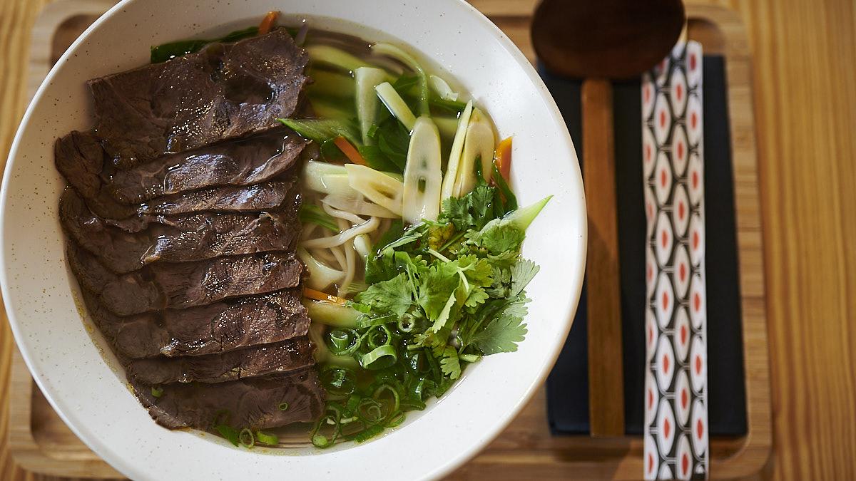 Imagen del ramen de Kung Fu Ramen, el nuevo establecimiento de comida asiática en la calle Esquiroz, 5. PABLO LASAOSA