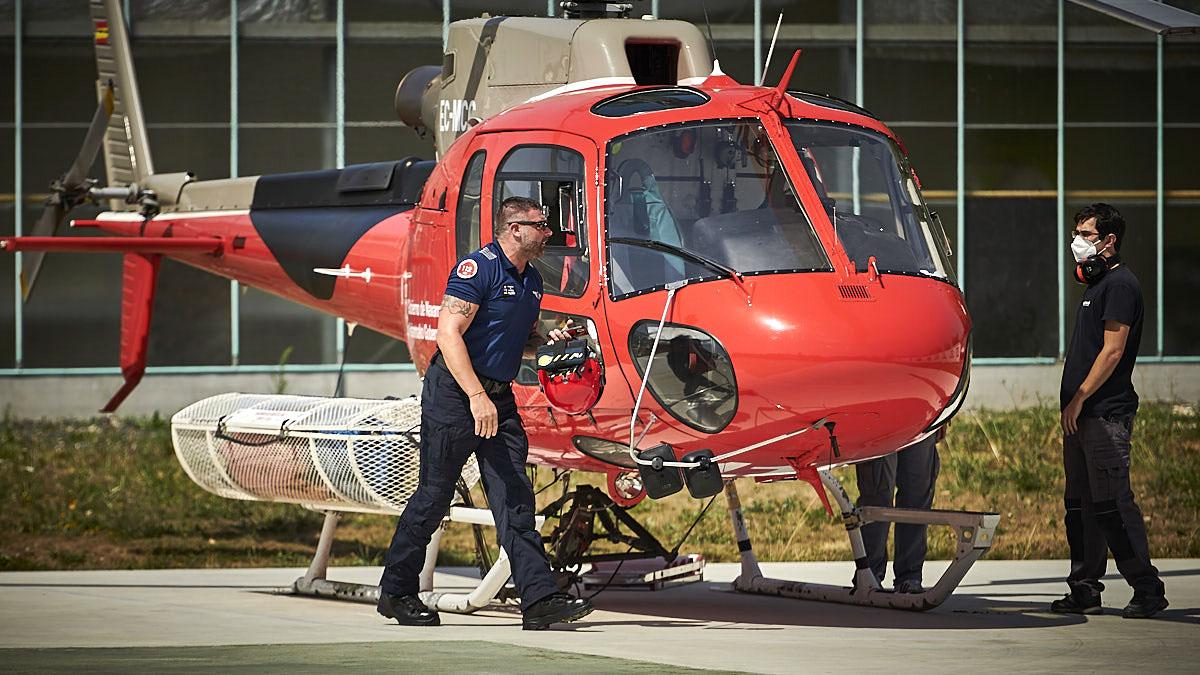 James Vukojevic aterriza en Miluce tras extinguir un incendio junto a los Bomberos Forestales de Navarra. PABLO LASAOSA