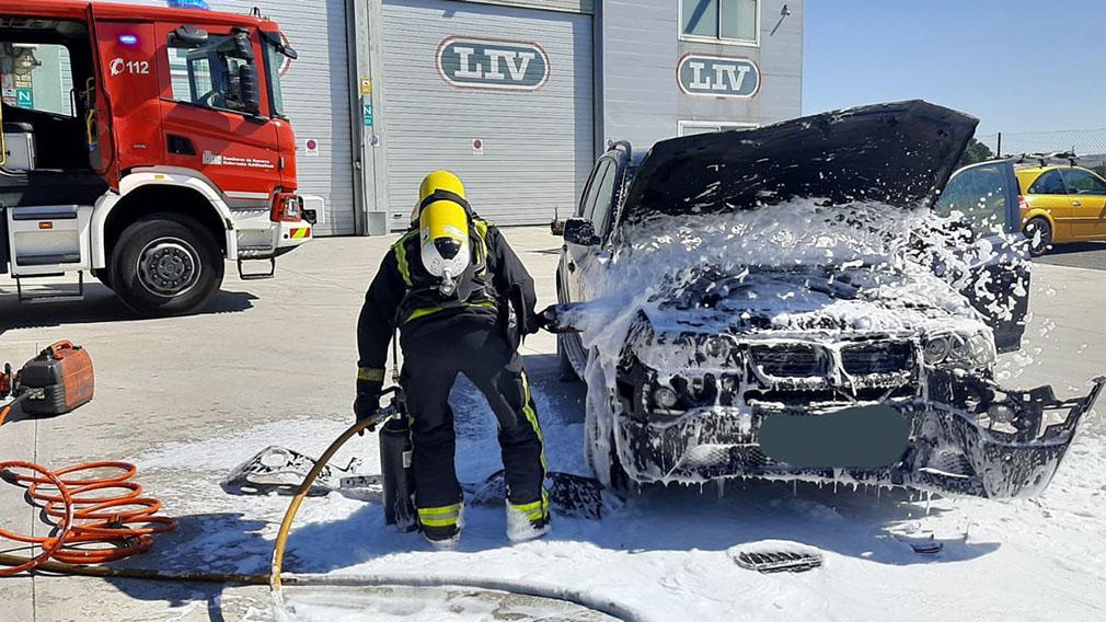 Incendio de un vehículo en el Polígono Mutilva. BOMBEROS DE NAVARRA