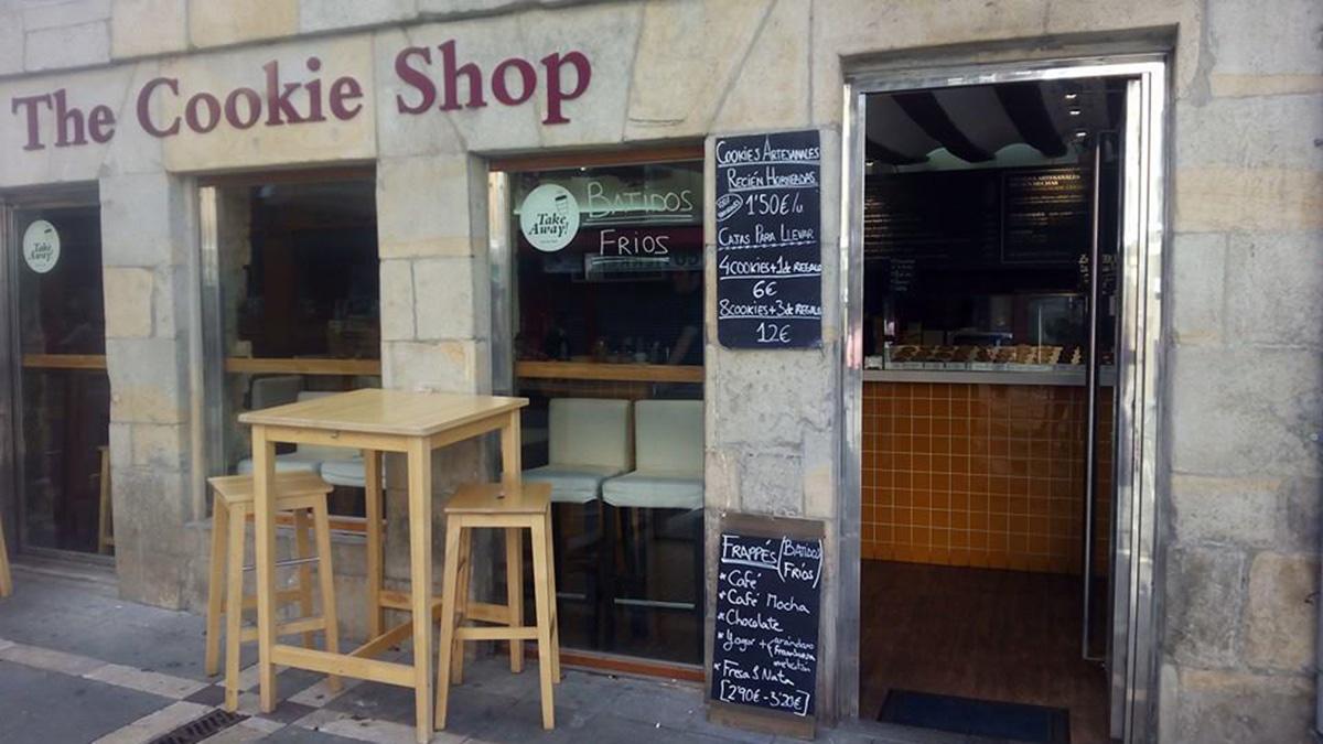 Escaparate de la cafetería The Cookie Shop con algunos de sus precios. THE COOKIE SHOP
