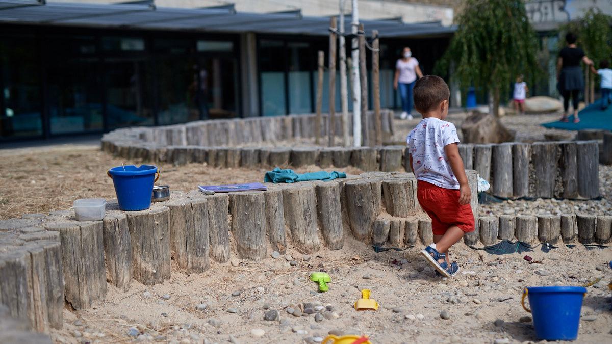 Un niño juega en el patio en la Escuela Infantil de Mendillorri en el inicio del curso 2021/2022. MIGUEL OSÉS